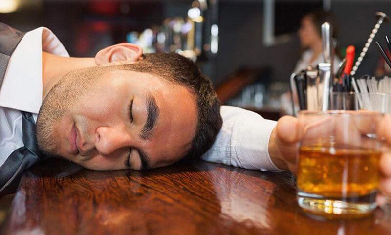 Lạm dụng rượu bia thường xuyên sẽ khiến ham muốn tình dục ở nam giảm mạnh